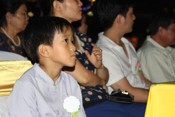 Một cậu bé khoảng 8 tuổi chăm chú nghe bài giảng về tình mẫu tử