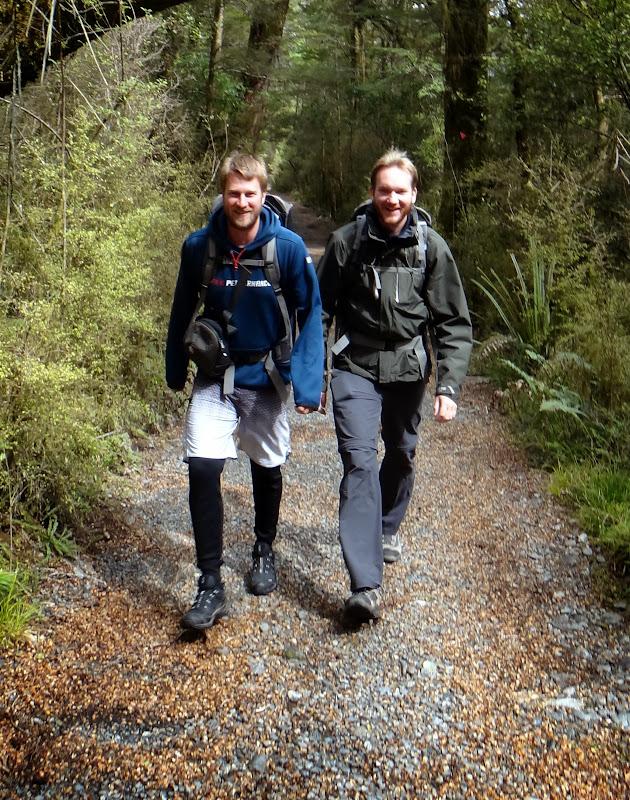 Torge und Chris stapfen los