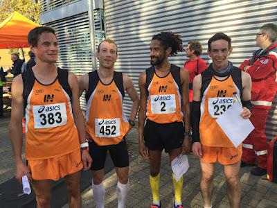 Die vier Läufer des MTV im orangenen Dress nach getaner Arbeit.
