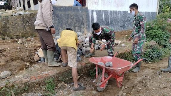 Gerobak Sorong,  Membantu Satgas   Giat  Pelangsiran Batu di Kodim Satgas Tapsel