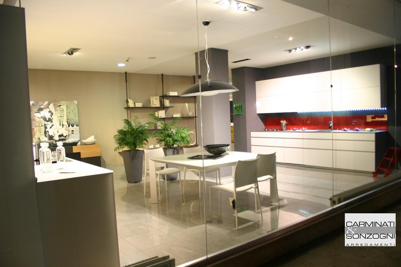 vista esterno vetrina con cucina Riciclantica Valcucine e tavolo Desalto a Zogno Bergamo.jpg