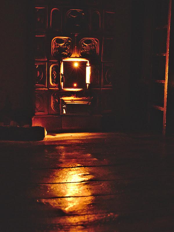 Trosnet de lemne puse pe foc, caldura uscata si cateva ore de somn la cabana Curmatura.