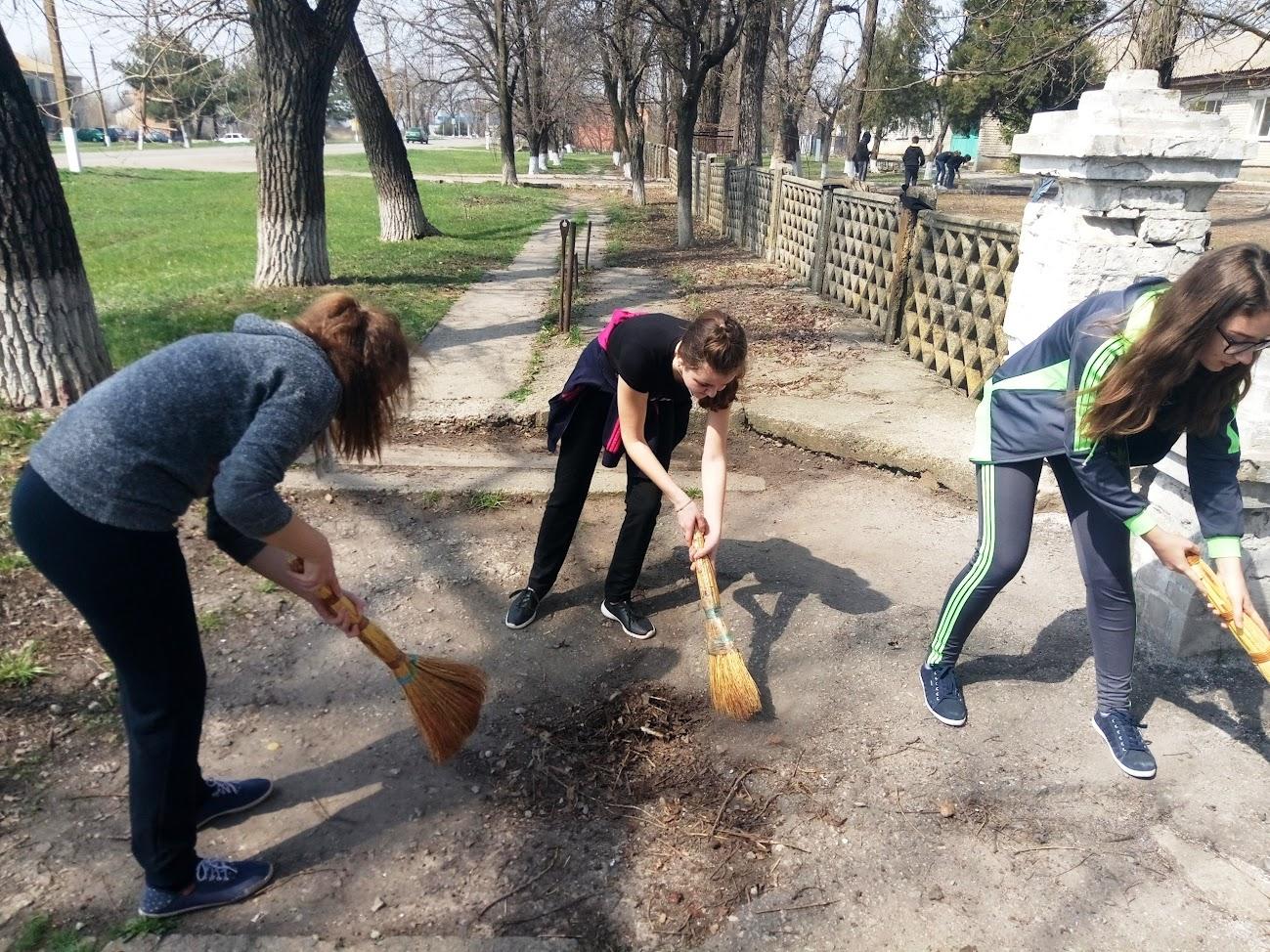 """12 квітня в навчальному закладі відбулася акція """"Довкілля 2018"""". Учні та вчителі займалися облаштуванням шкільн"""