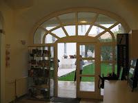 Ajándéktárgyak vásárlási lehetősége és kijárat a kertbe a PIM sátoraljaújhelyi Kazinczy Múzeum épületében.jpg