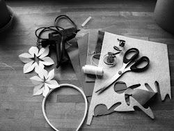 Potrzebne nam będą: różnokolorowe arkusze cienkiego filcu (dowolne kolory); najtańsza plastikowa lub metalowa; opaska do włosów; koraliki; nitka; igła; nożyczki; coś do pisania; pistolet do klejenia na gorąco i wkłady