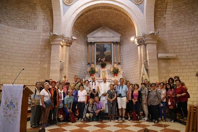 8-07/ Les pèlerins dans l'église