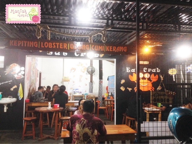 maniak-makan-eat-crab-solo-interior