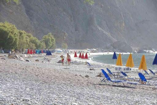 La plage de Glyka Nera (Γλυκά Νερά).