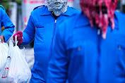 Unik! Relawan Gibran Pakai Kostum Monster Corona Saat Bagikan Sembako Ke Warga Terdampak Pandemi