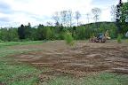 Neděle 13.5. Bagr opět přijel už v sedm ráno a znovu jsme se pustili do práce. Sázeli jsme zbylé keře, upravovali pozemek po bagru, zakládali trávník...