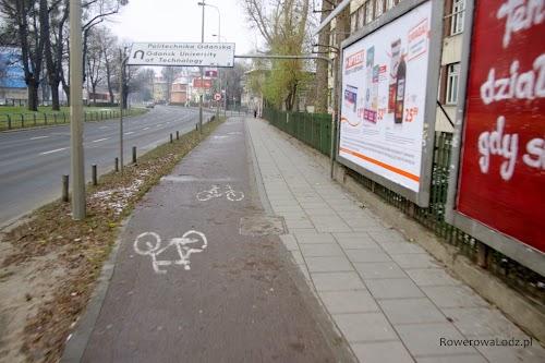 Uwagę zwraca sposób zamieszczenia znaku drogowego.