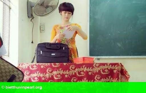Hình 1: Cô giáo hot girl kể chuyện dạy trò cá biệt