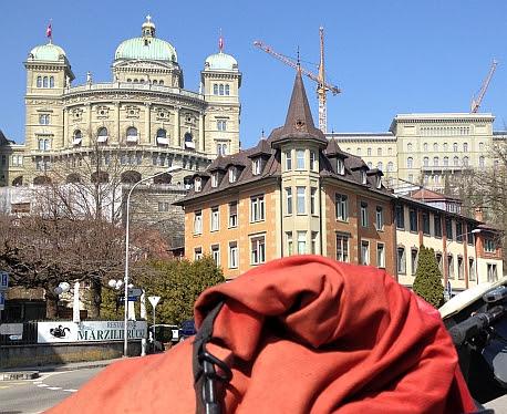 Ortlieb-Rucksack auf Fahrrad vor dem Bundeshaus in Bern, Schweiz