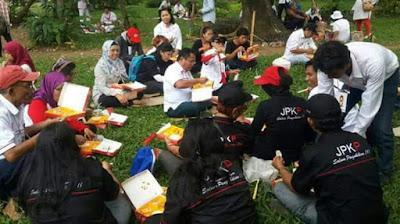 Peserta parade bhineka tunggal ika makan nasi bungkus www.sorak.in