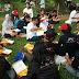Para Peserta Parade Bhineka Tunggal Ika Makan Nasi Bungkus Kotak dan Duduk di Atas Taman