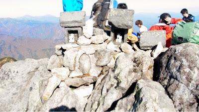 俎嵓山頂の石祠