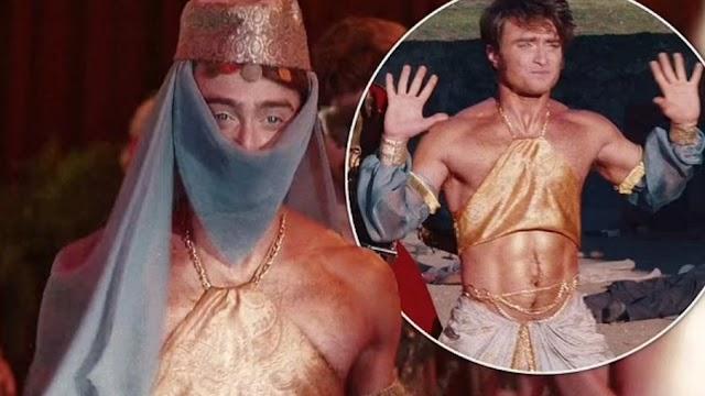 Daniel Radcliffe veste um top curto e bronzeado falso na série Miracle Workers: Oregon Trail