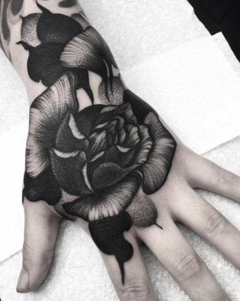 Este pesado blackwork mão tat
