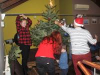 32 Közös karácsonyfa díszítés a MyHont Café kávézóban.jpg