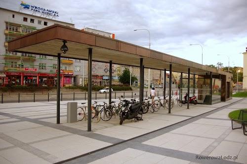 Kolejny zadaszony parking rowerowy przed dworcem PKP Wrocław Główny