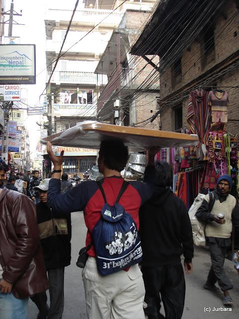 Jurgen sjouwt het carromboard door Kathmandu en wordt raar aangestaard