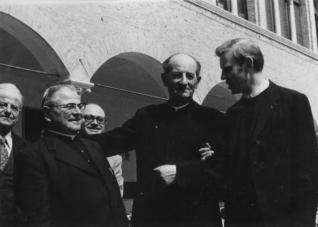 Don Ettore Andreatti (a destra) con don Domenico Moretti (al centro) e don Giovanni Lanaro