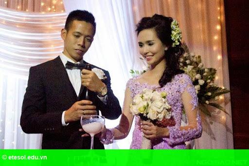 Hình 9:   Cô dâu của Văn Quyết rạng rỡ trong lễ cưới