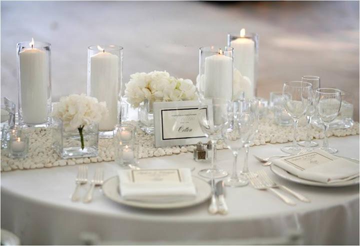 Mesa de jantar decorada em branco