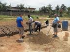 I volontari Aloe al lavoro insieme agli operai togolesi