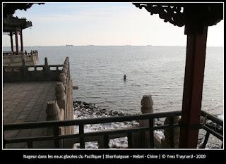 Nageur dans les eaux glacées du Pacifique | Shanhaiguan - Hebei - Chine | © Yves Traynard - 2009