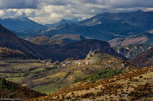 Al fons, el poble de Viu de Llevata. Vista des del coll de la Creu de Perves. El Pont de Suert, Alta Ribagorça, Lleida