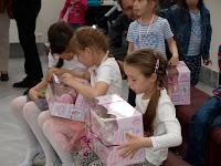 gyorsan kibontották a gyerekek az ajándékokat.JPG