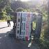 Varias  personas salvan su vida de milagro al volcarse un camión en la carretera l Guazara Barahona.