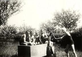 Pumpe und Bassin 1943, mit den fünf Geschwistern