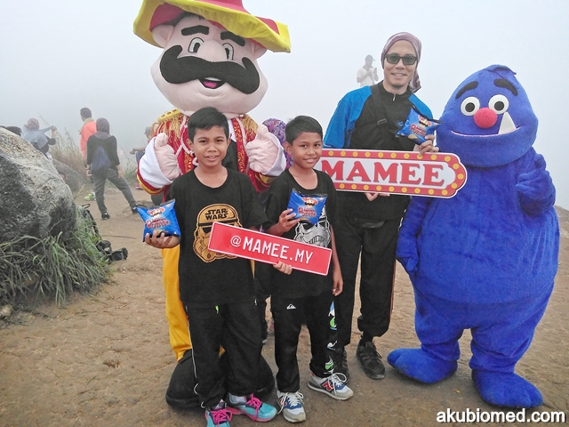 Gambar kenang-kenangan bersama Mister Potato dan Mamee Monster di bukit Broga.