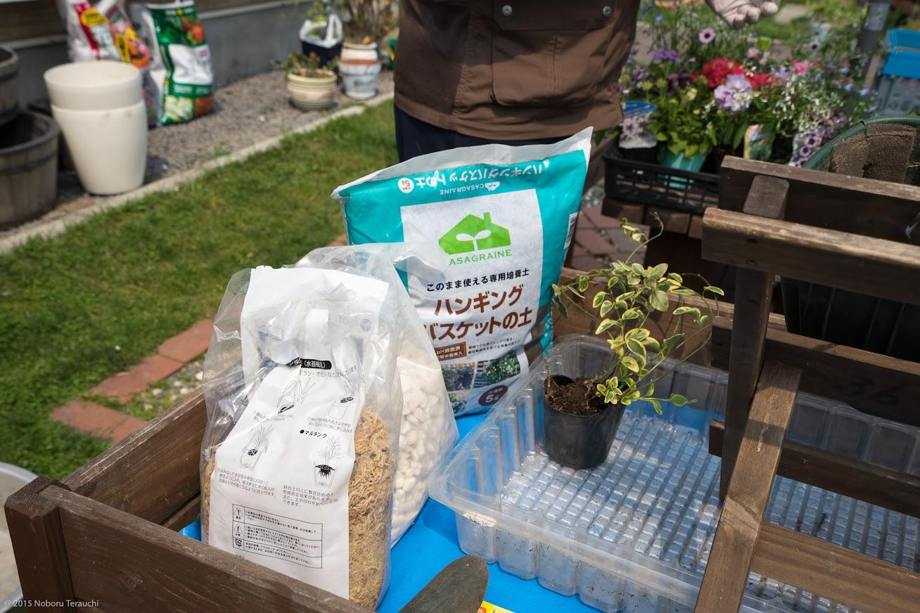 水苔、用土(ハンギング専用土や草花栽培用の培養土)、園芸用軽石