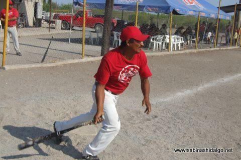Mauro Limón de Diablos en el softbol del Club Sertoma