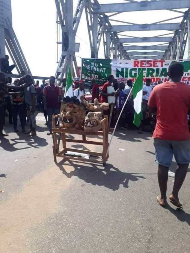#EndSars Protesters Blocks Onitsha Head Bridge With 2 Stubborn Deities (Photo)