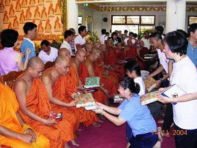 La Buddhist Temples Celebrate Kathina Image