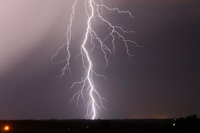 https://lh3.googleusercontent.com/-SzG8E3Hyo_s/ViTR0k8I22I/AAAAAAABrZU/6aICyhflkhE/s1152-Ic42/lightning-night-sky1.jpg