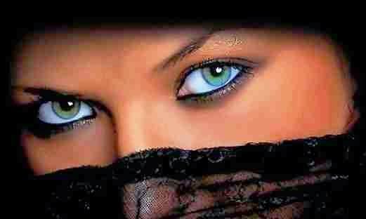 Mirada fuerte de las mujeres Lenguaje corporal