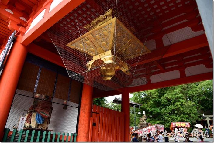 據說八坂神社的這個西樓門不會結蜘蛛網,即使下雨也不會留下雨水的痕跡,有可能是表面過於光滑,或是人為的擦拭。由於面向大馬路四條通,往往成為許多遊人或三五好友賞櫻集合的地方,每當櫻花盛開,許多賞櫻的旅客都會聚集在此。
