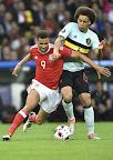 A walesi Hal Robson-Kanu (b) és a belga Axel Witsel a franciaországi labdarúgó Európa-bajnokság negyeddöntőjében játszott Wales - Belgium mérkőzésen, Lille, 2016. július 1-jén. (MTI Fotó: Illyés Tibor)