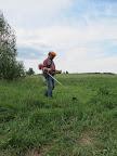 Mezitím jsme postupně plnili i další úkoly - Gerardo se opět dal do sekání trávy.