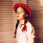 meisje met rode hoed en -strikken