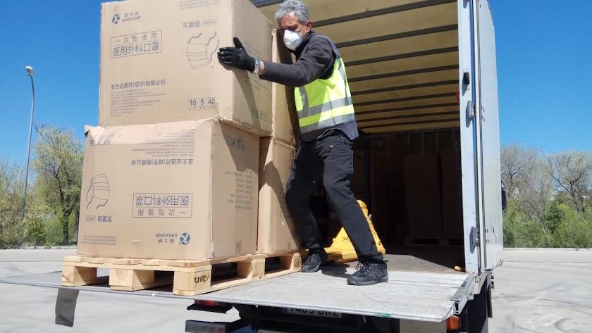Un operario descarga mascarillas procedentes de China.