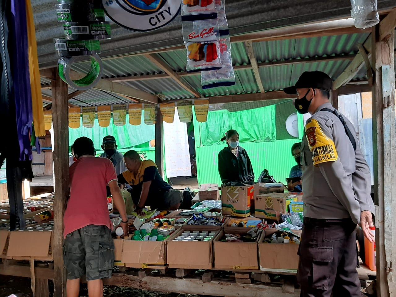 Bhabinkamtibmas Polsek Lilirilau Polres Soppeng Giat Pengamanan Pasar Pallapaoe