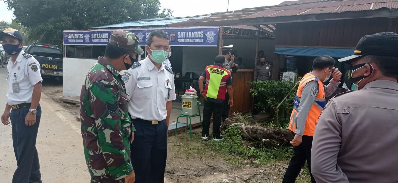 Babinsa Purwajaya Koordinasi Penanganan Jalan Longsor di KM 6
