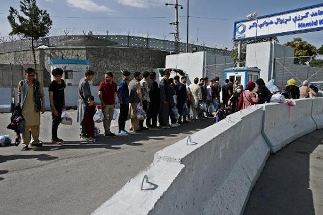 Talibanes cierran aeropuerto de Kabul