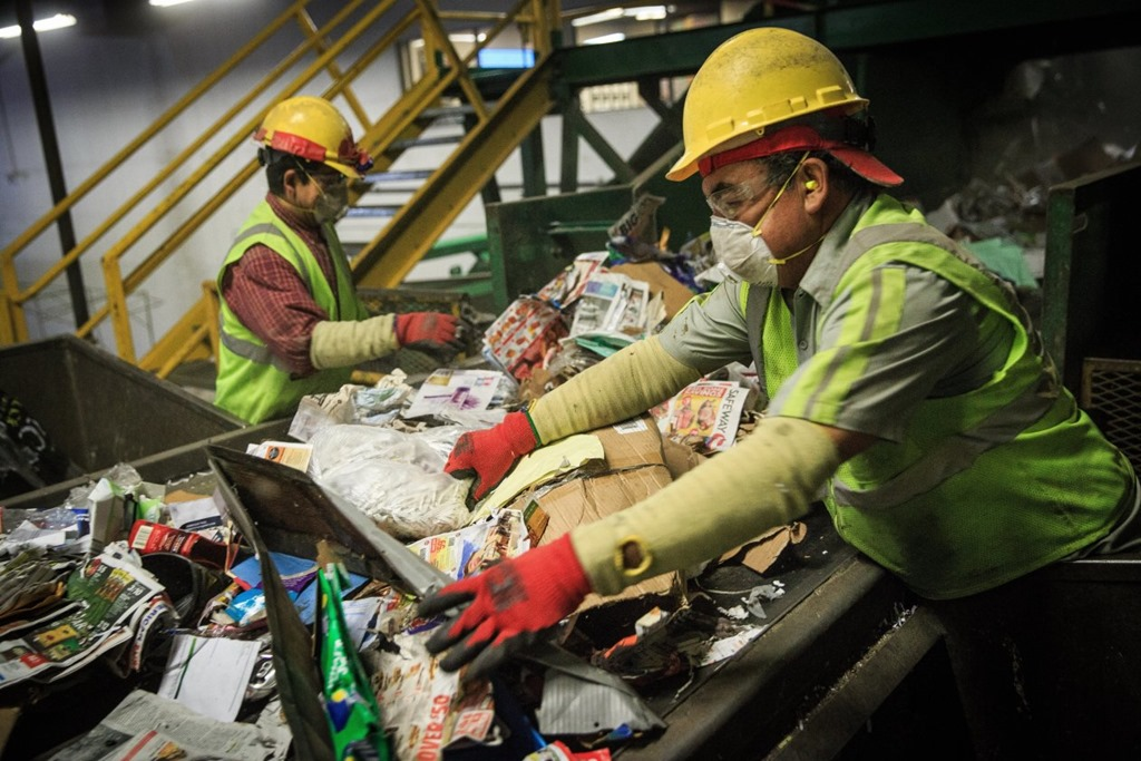 [recycling+sorting+belt+in+chinese+factory+WSJ+photo%5B4%5D]